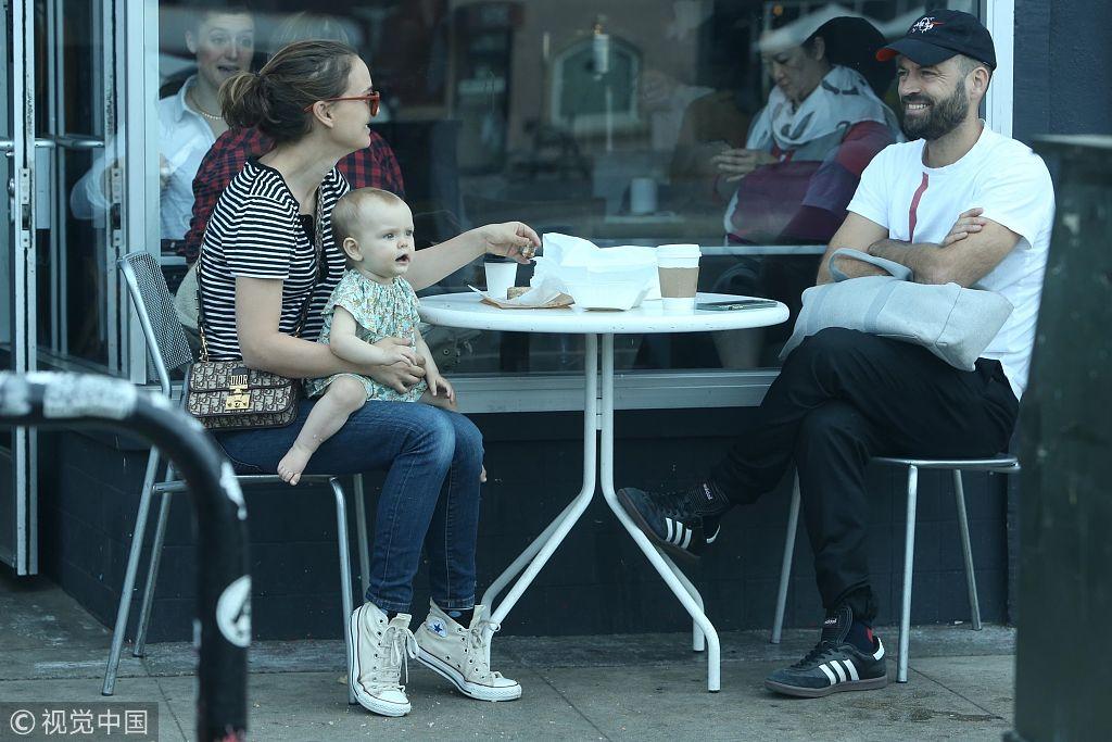 娜塔莉波特曼老公_娜塔莉·波特曼坐街边和老公有说有笑 一手抱女儿一手用餐妈妈 ...
