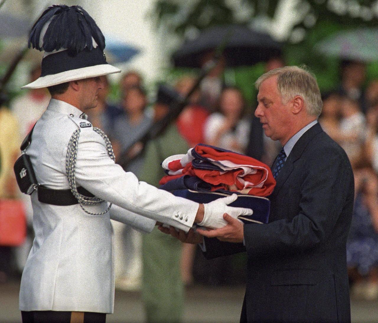 △1997年6月30日,香港,在英国国旗最后一次降下后,香港总督彭定康接收英国国旗