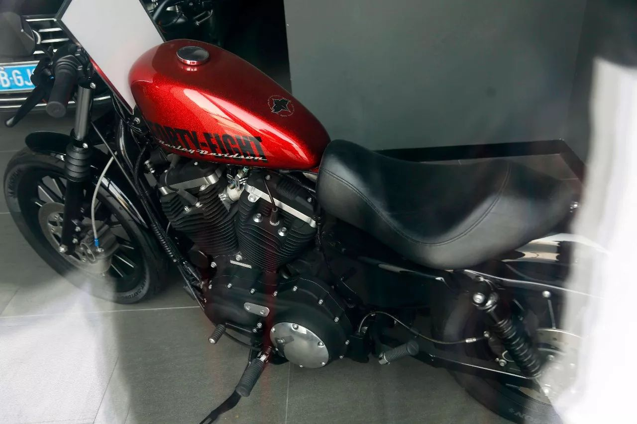 ▲ 橱窗内停放有一辆哈雷硬汉883摩托车。