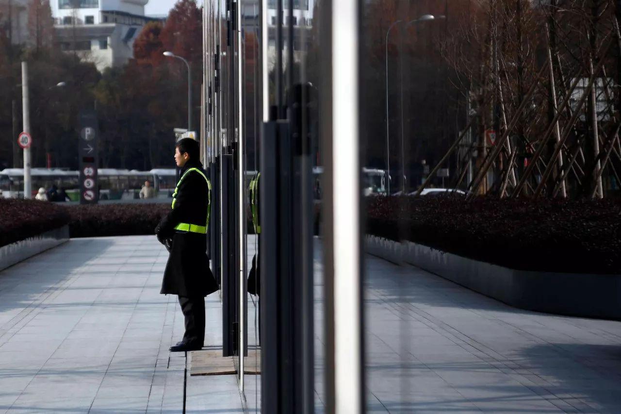 ▲ 博越名车馆外有保安站岗。