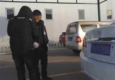 1月6日,北京空港方兴机动车检测场,一名车虫(左)和检测场工作人员说笑。