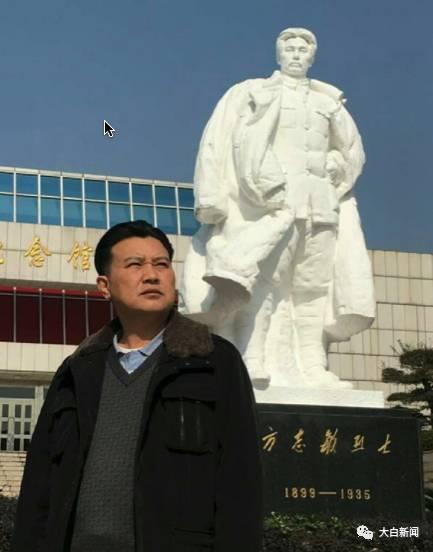方华清在祖父方志敏烈士塑像前