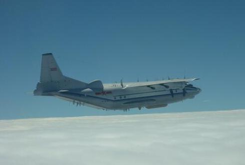 解放军运8型机18日上午执行远海长航。(图源:东森新闻云)