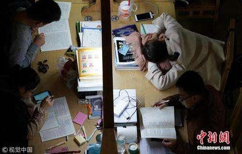 """2018年考研倒计时:研究生队伍庞大正在导致""""高学历贬值""""?"""