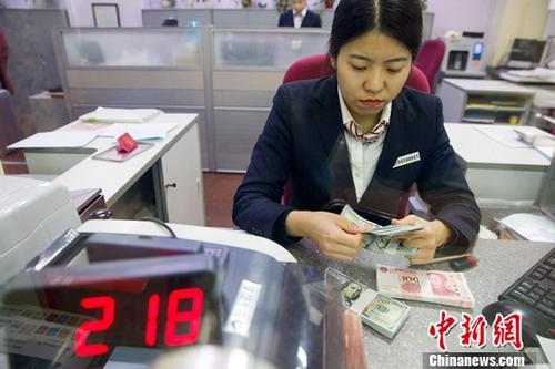 山西太原,银行工作人员清点货币。中新社记者 张云 摄