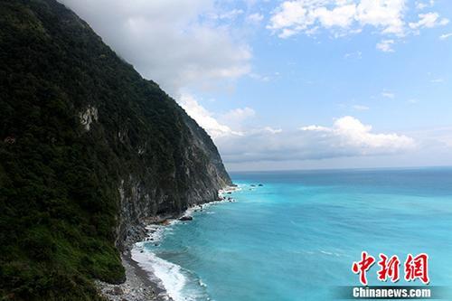 资料图为花莲太鲁阁公园的知名景点清水断崖。 中新社记者 张晓曦 摄