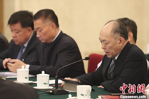 资料图:港区全国人大代表霍震寰(右)。 中新社记者 盛佳鹏 摄