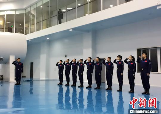 为留念我国国民自由军航天员大队确立20周年,团体航天员1月4日在北京航天城举行重温入队誓言举止。万全 摄