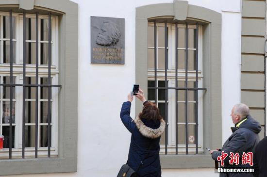 2018年是卡爾·馬克思誕辰200周年,馬克思故居也將修葺一新,迎接全球訪客。圖為2月24日,特里爾市內的馬克思故居前游客絡繹不絕。中新社記者 彭大偉 攝
