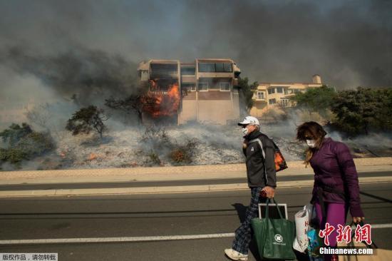 12月6日,美国加利福尼亚州爆发3场野火,目前未得到有效控制。