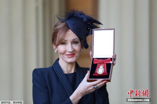 """当地时间2017年12月12日,伦敦,《哈利·波特》作者J·K·罗琳被英国皇室付与""""荣誉勋爵""""(Companion of Honour),这是英国的勋章和爵位的最高等级。图片来源:中新网"""