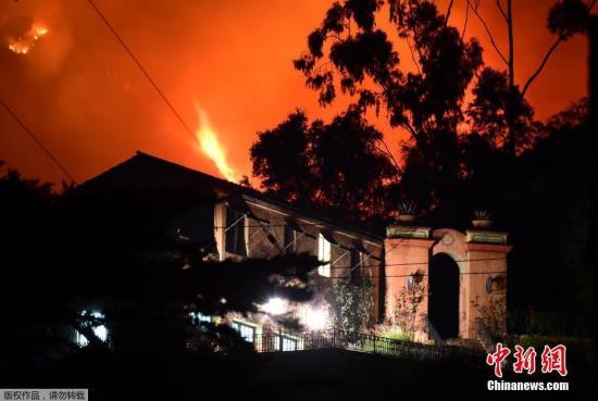 当地时间12月11日,美国加州山火持续肆虐。此次山火已经迫使当地数十万人撤离,数千名消防队员加入了灭火大军。