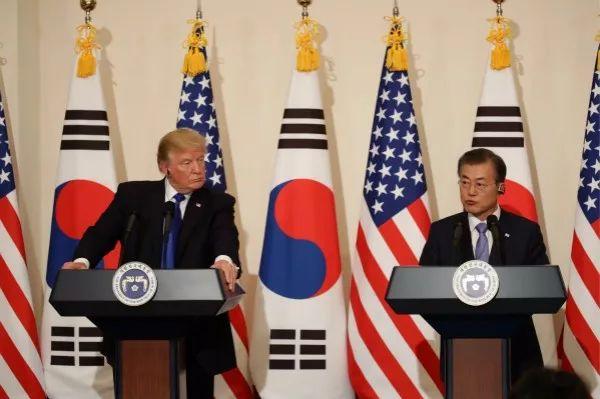 11月7日,韩国总统文在寅(右)与到访的美国总统特朗普共同会见记者。新华社发