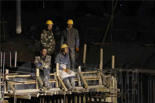12月19日,夜间施工的工地现场。