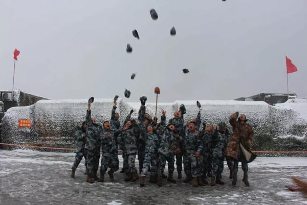 官兵欢庆顺利进驻雪域高原 本文图片均来自微信公号军报记者