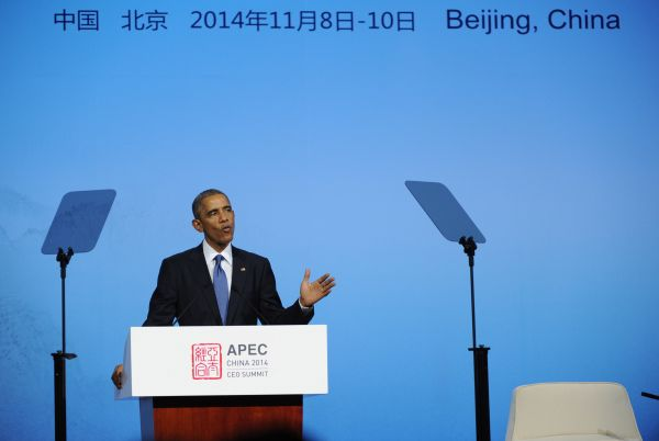 2014年11月10日,时任美国总统奥巴马在北京举行的APEC工商领导人峰会上作主旨发言。(新华社)
