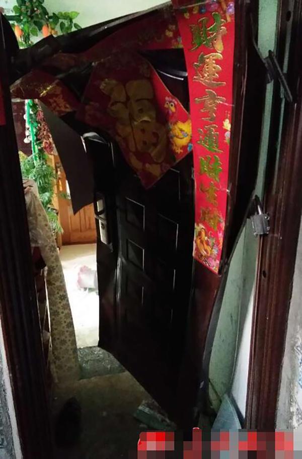 被冲击变形的防盗门。