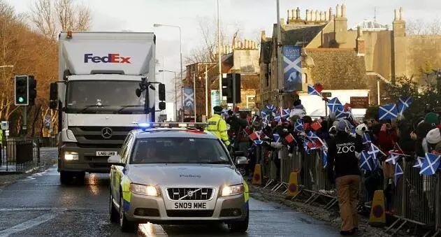 """▲资料图片:2011年,大熊猫""""甜甜""""和""""阳光""""抵达英国北部城市爱丁堡,当地居民夹道欢迎。"""
