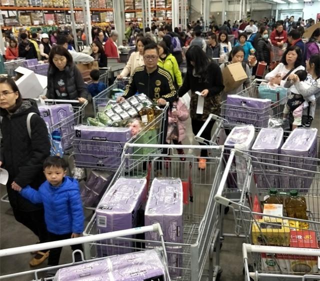 台湾民众抢购卫生纸。(图片来源:绿媒)