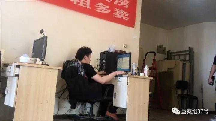 """▲9月28日,燕郊某机房内,一名""""键盘""""在相亲网站""""聊号""""。"""