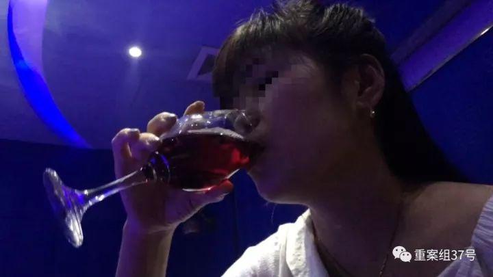 ▲9月16日,北京某KTV内,酒托女在喝兑过饮料的红酒。