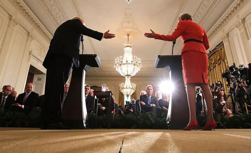 1月27日,在美国华盛顿白宫,美国总统特朗普(前左)与英国首相特雷莎·梅(前右)出席联合记者会。新华社/路透