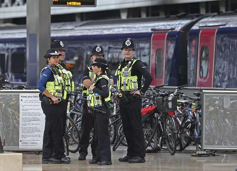 9月15日,在英国伦敦,警察在帕丁顿火车站警戒。新华社/美联
