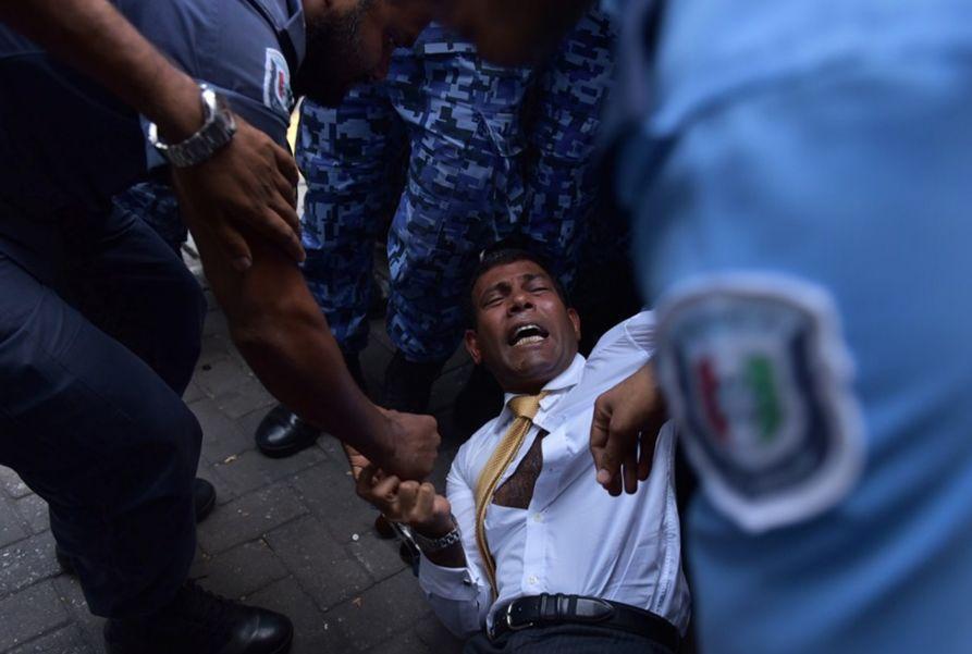 ▲资料图片:2015年2月23日,马尔代夫前总统穆罕默德·纳希德因涉嫌违反反恐法被逮捕。当天,纳希德被警察强行拽入首都马累一家法庭,出席审前听证会。