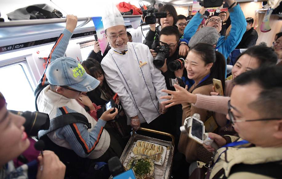 ▲12月6日,工作人员在成都东开往西安北的D4252次列车上进行美食品鉴活动。 图/新华社