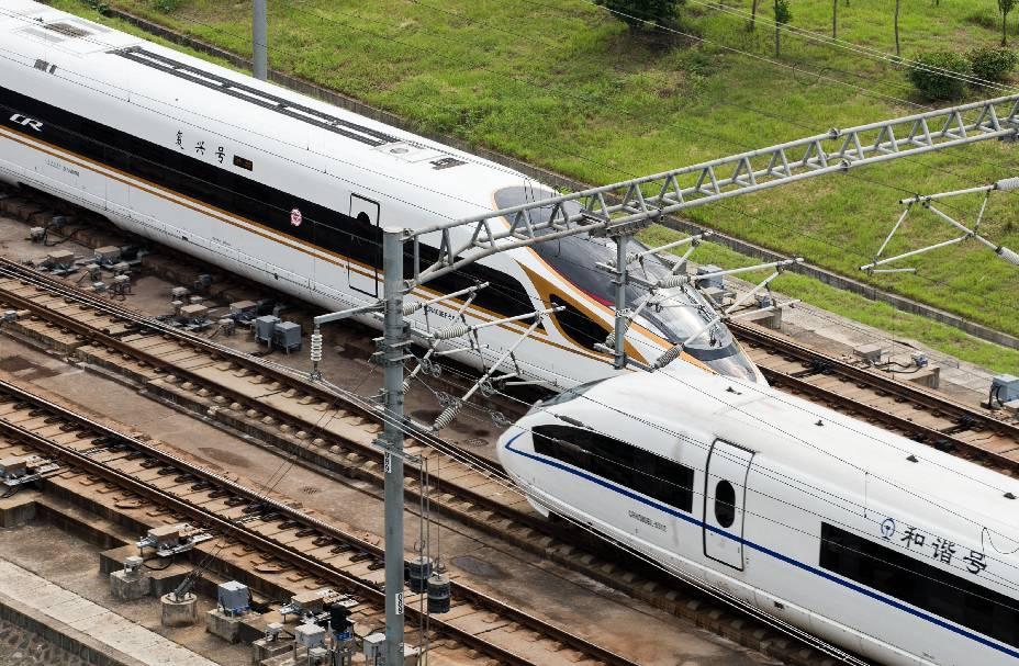 """▲一列""""复兴号""""动车组在京沪高铁线路上与""""和谐号""""动车组交会(9月21日摄)。 图/新华社"""