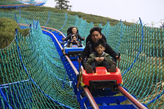 游客游玩茶山滑道
