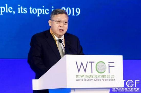 中国世界贸易组织研究会会长、商务部原副部长崇泉发表演讲