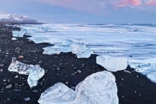 冰岛维克小镇的黑?#31243;玻?#40657;的一尘不染