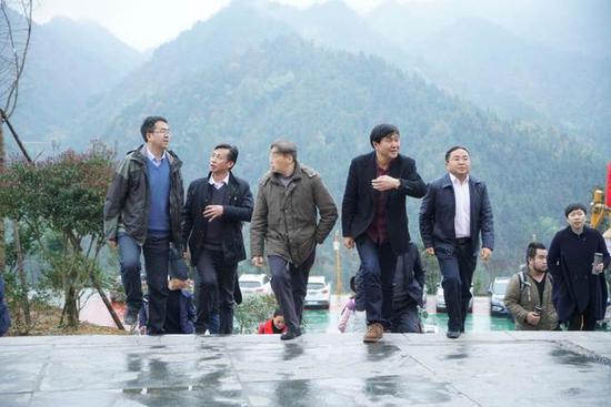 专家组考察雪峰山旅游开发的景区景点