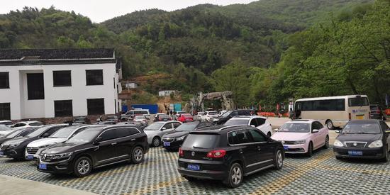 景区停满了来自全国各地自驾游游客的车子
