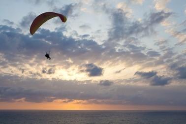 在黎明時分駕車,在沙漠上空跳傘,內蓋夫從來不會讓你失望 (圖片來源:以色列國家旅游部)