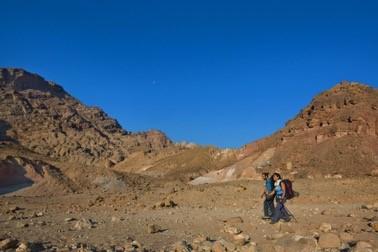 天空交相輝映的畫面,只有站在山頂的人們才能看得到 (圖片來源:以色列國家旅游部)