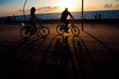 特拉維夫當地也有Te-O-Fun共享單車,落日余暉下和朋友結伴騎行(圖片來源:以色列國家旅游部)