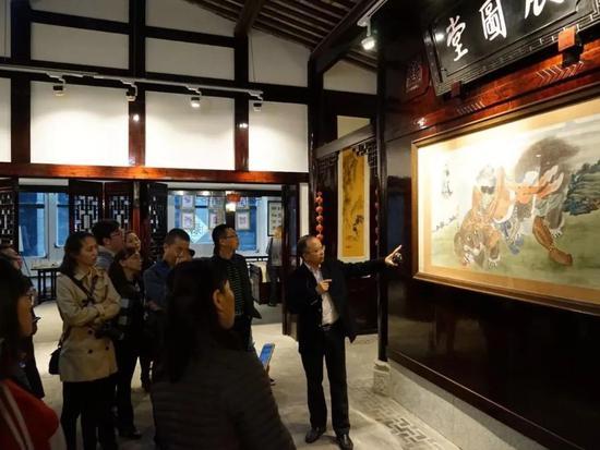 绵竹年画博物馆内馆长胡光葵为学员逐一讲解经典年画