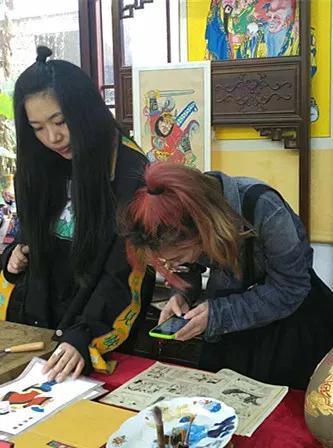 年画工作室内创作营学员近距离学习年画技艺