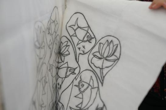 扑灰年画省级非遗代表性传承人王树花展示扑灰后的画纸