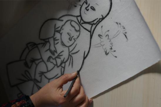 扑灰年画省级非遗代表性传承人王树花展示灰稿绘制工序