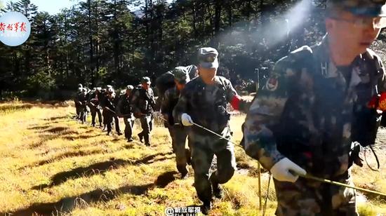 边防官兵7天6夜徒步巡逻高原 步步惊心!