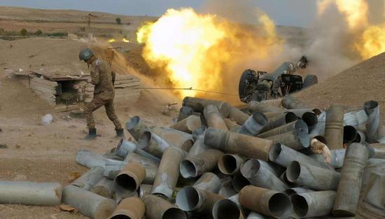 纳卡冲突中正在发射的炮兵阵地