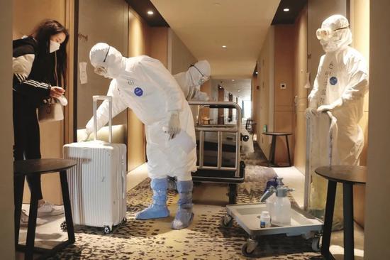 ·2020年3月16日,做事人员对即将消弭阻隔的旅客进走走李消毒。