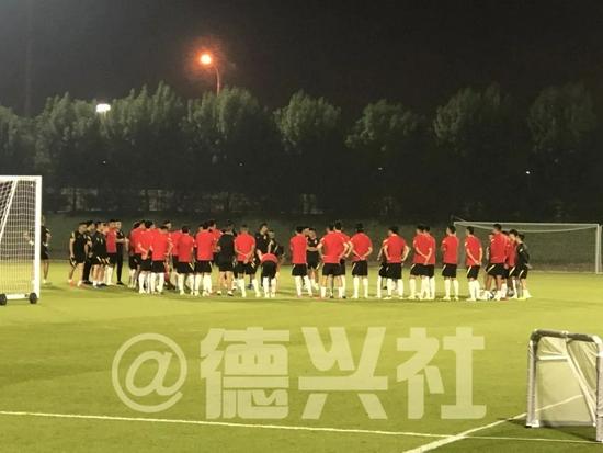 国足技战术演练技术人员分析澳队 郭田雨缺席合练