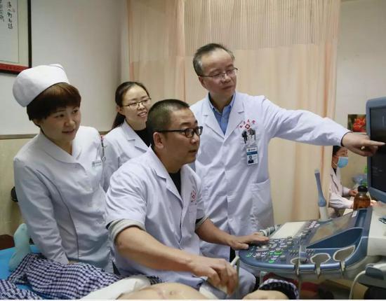 """""""添宫宝宝""""出生前 医务人员在做精心准备工作"""