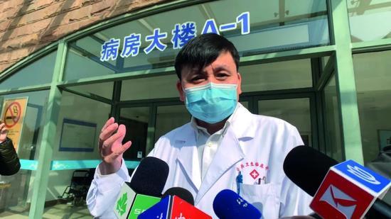 ·2020年2月23日,22名新冠肺热患者在上海市公共卫生中央治愈后整体出院,张文宏就此批准媒体采访。