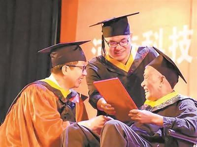 父亲误自己病情 孝心大学生背瘫痪父亲上学工作