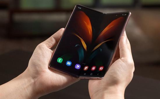 翻转、双屏手机争相登场――翻盖手机的另类复活?